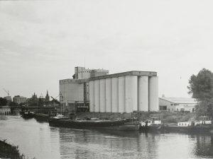 Fabrieksgebouwen en silo's van Koudijs Veevoederindustrie_Farla & van Macklenbergh_Tramkade_verkleind